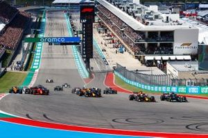 Lewis Hamilton, Mercedes W12, Max Verstappen, Red Bull Racing RB16B, Sergio Perez, Red Bull Racing RB16B, Charles Leclerc, Ferrari SF21, and the rest of the field at the start