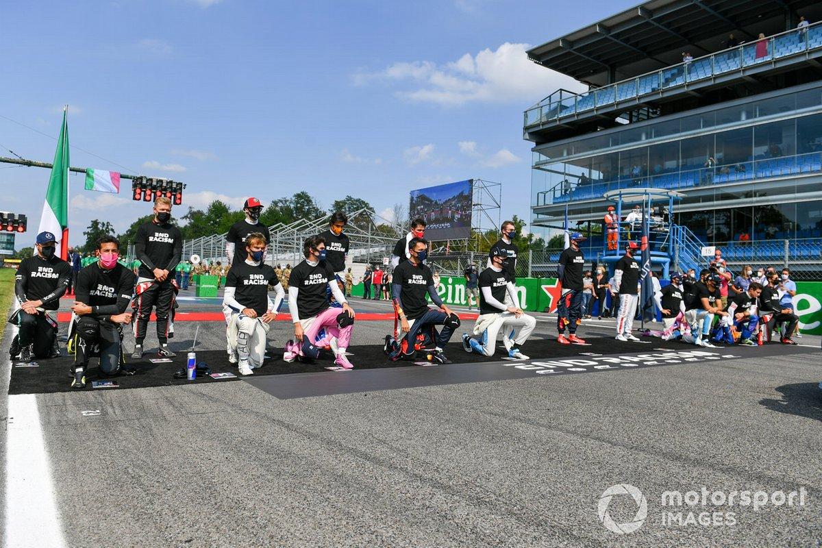 Piloti in piedi per la procedura 'End Racism', mentre Lewis Hamilton, Mercedes-AMG F1 e Sebastian Vettel, Ferrari sono assenti alla presentazione