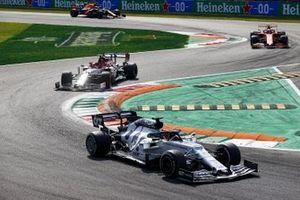 Daniil Kvyat, AlphaTauri AT01, Kimi Raikkonen, Alfa Romeo Racing C39, and Charles Leclerc, Ferrari SF1000