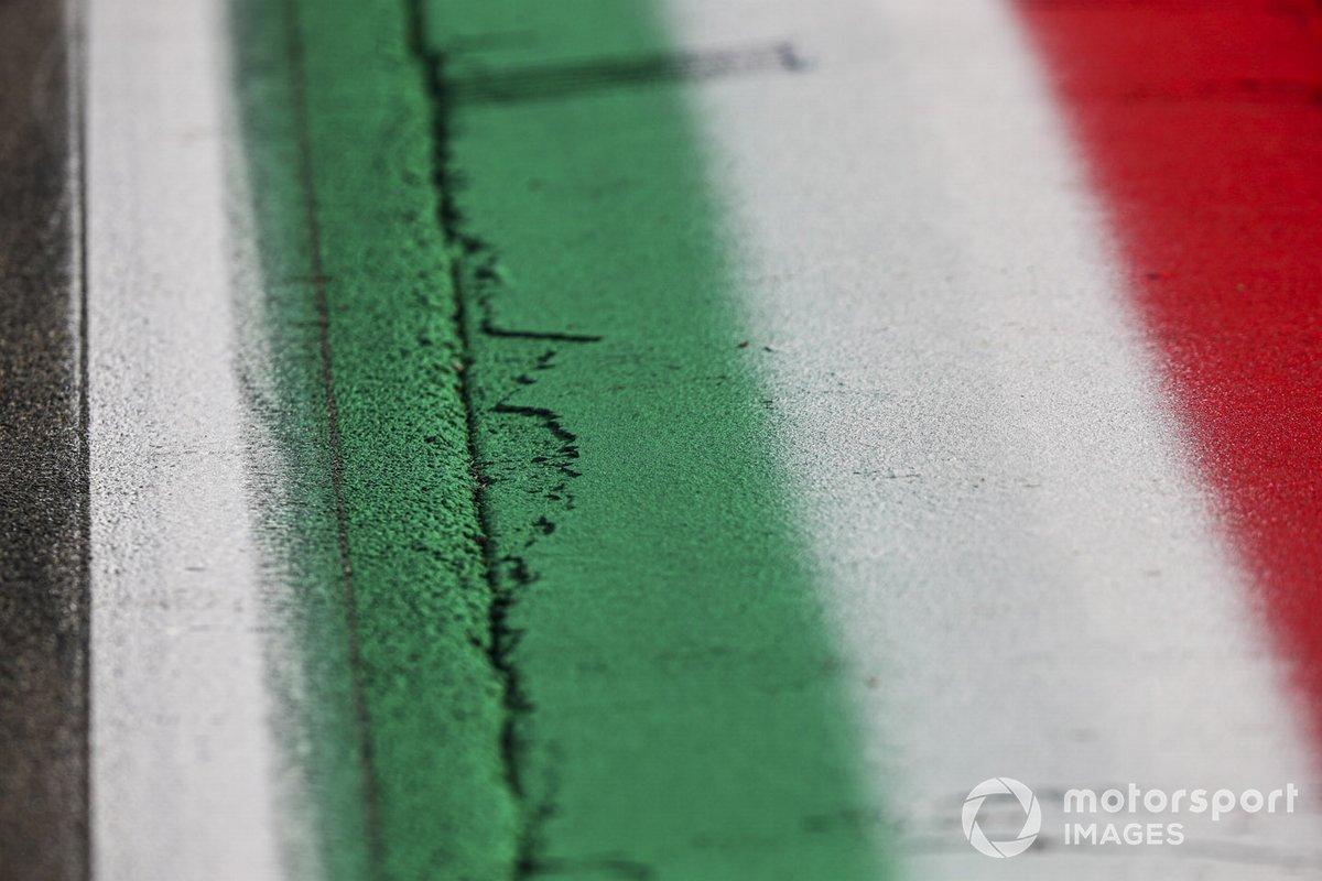 Colori nazionali dipinti sul bordo pista