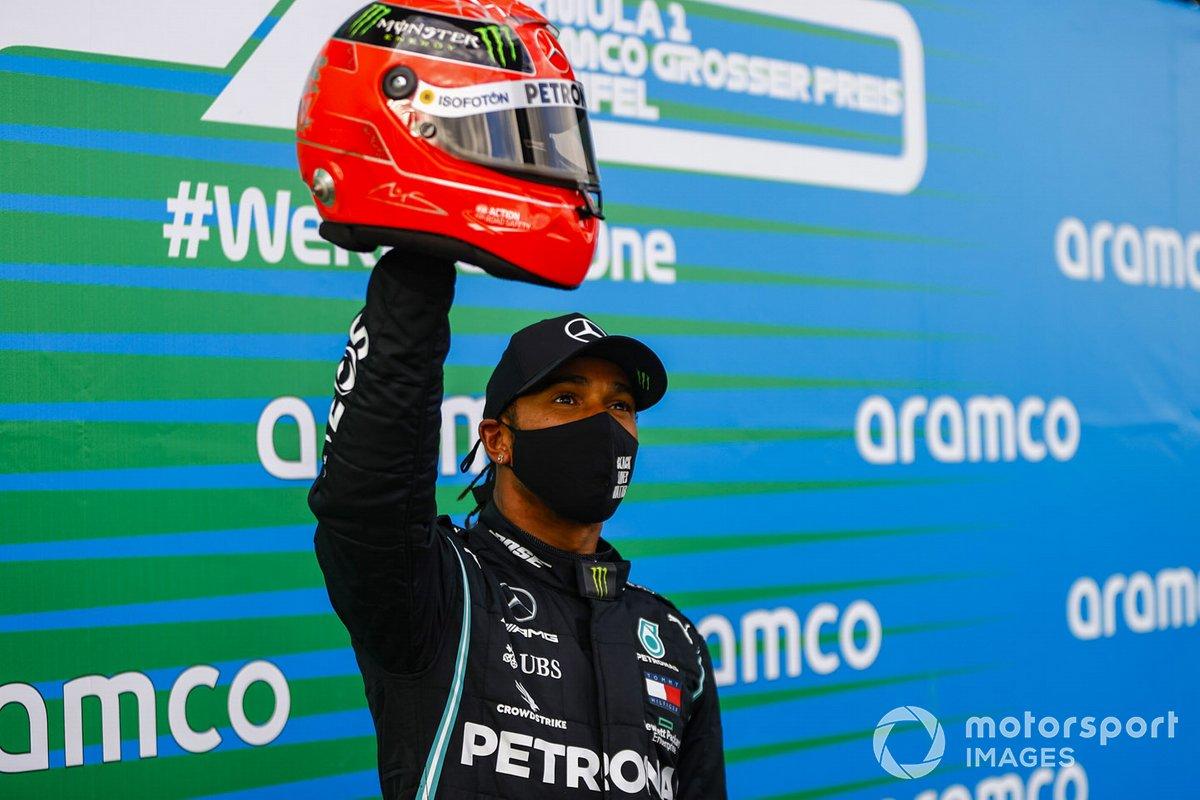 Lewis Hamilton, Mercedes-AMG F1, 1ª posición, con el casco de Michael Schumacher que le fue regalado para conmemorar el récord de victorias en carreras iguales de 91
