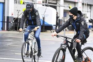 George Russell, Williams Racing, da una vuelta en bici