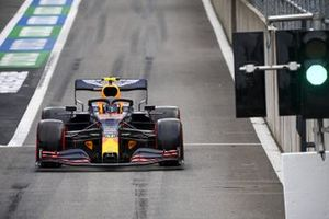 Alex Albon, Red Bull Racing RB16, passes the green pit lane exit light