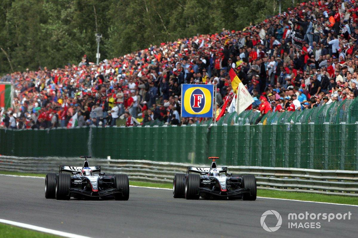 Гонщики Renault начали было уезжать от преследователей, но уже на шестом круге картина изменилась, когда на длинной прямой Райкконен (он слева) отобрал у Култхарда третью позицию