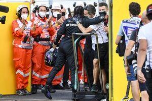 Льюис Хэмилтон Mercedes-AMG F1, принимает поздравления с победой под аплодисменты судей