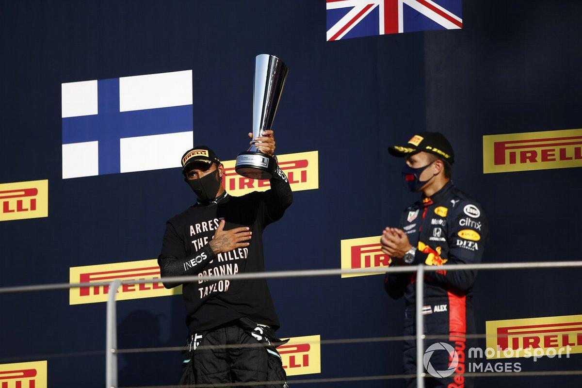 Podio: ganador Lewis Hamilton, Mercedes-AMG F1, y tercer lugar Alex Albon, Red Bull Racing