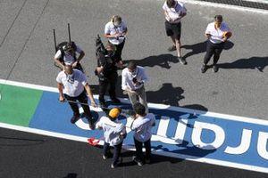 Carlos Sainz Jr., McLaren and Lando Norris, McLaren speak to Paul di Resta, Sky, TV