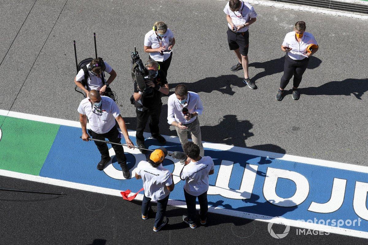 Carlos Sainz Jr., McLaren, Lando Norris, McLaren y Paul di Resta, Sky, TV