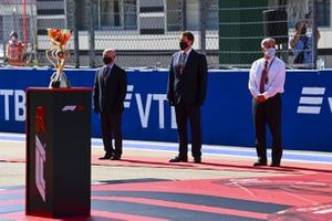 Chase Carey, Chairman, Formula 1, and dignitaries on the grid