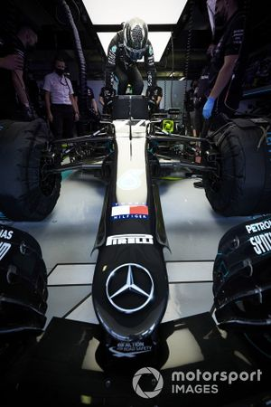 Valtteri Bottas, Mercedes-AMG F1, settles into his seat