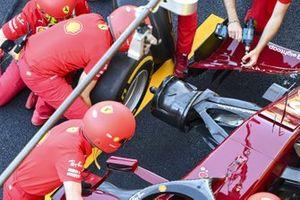 Механики Ferrari тренируют пит-стопы