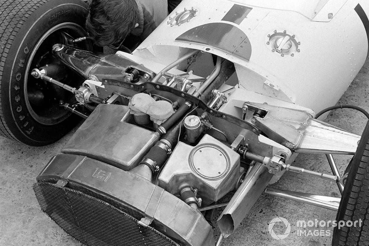 Тем временем дебют новой Honda RA300 складывался непросто – отказал передний стабилизатор поперечной устойчивости, и Сертизу пришлось пересаживаться на старую машину