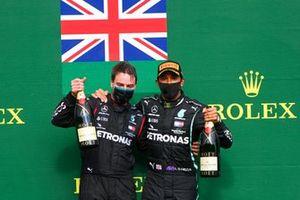 Lewis Hamilton, Mercedes-AMG F1, 1° posto, e il rappresentante della Mercedes, sul podio