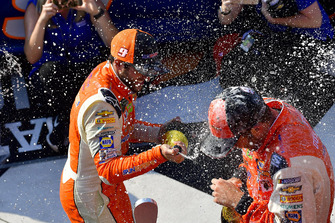 Chase Elliott, Hendrick Motorsports, Chevrolet Camaro SunEnergy1 and Alan Gustafson celebrate with champagne in victory lane