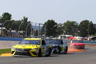 Daniel Suarez, Joe Gibbs Racing, Toyota Camry STANLEY e Jimmie Johnson, Hendrick Motorsports, Chevrolet Camaro Lowe's for Pros