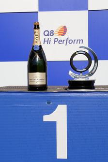 Lo champagne e il trofeo del 1° classificato sul podio