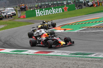 Daniel Ricciardo, Red Bull Racing RB14, Charles Leclerc, Sauber C37 and Nico Hulkenberg, Renault Sport F1 Team RS 18 battle