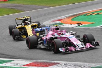 Esteban Ocon, Racing Point Force India VJM11 en Carlos Sainz Jr., Renault Sport F1 Team R.S. 18