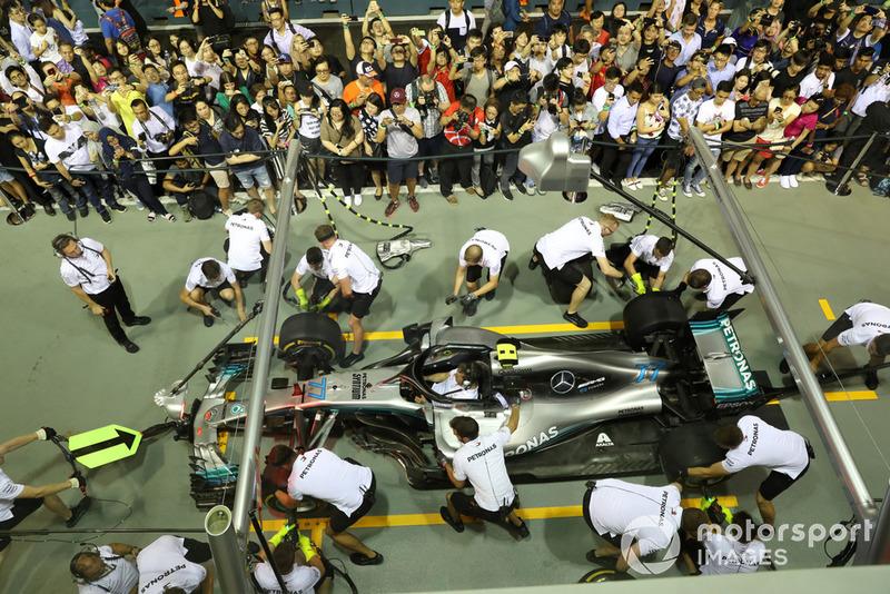 Los fanáticos ven la práctica de la parada en boxes de Mercedes
