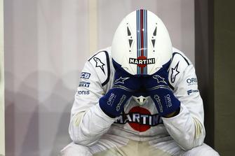 Un meccanico Williams lotta con il caldo nel garage