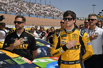 Erik Jones, Joe Gibbs Racing, Toyota Camry DeWalt e il crew chief Chris Gayle