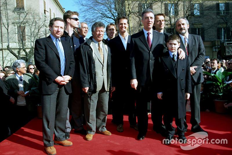 Modena 1998, Jean Todt, Mario Andretti, Eddie Irvine, Michael Schumacher, Luca Di Montezemolo, Piero Ferrari con su sobrino Enzo y el alcalde de Módena en el 100 aniversario del nacimiento de Enzo Ferrari