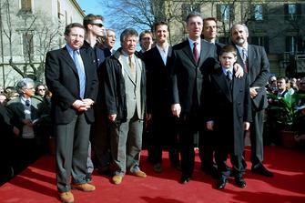 Jean Todt, Mario Andretti, Eddie Irvine, Michael Schumacher, Luca Di Montezemolo, Piero Ferrari avec son neveu Enzo et le maire de Modène lors du 100e anniversaire de la naissance d'Enzo Ferrari en 1998