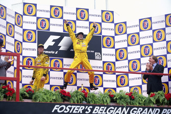Podio: il vincitore della gara Damon Hill, Jordan 198, il secondo classificato Ralf Schumacher, Jordan 198