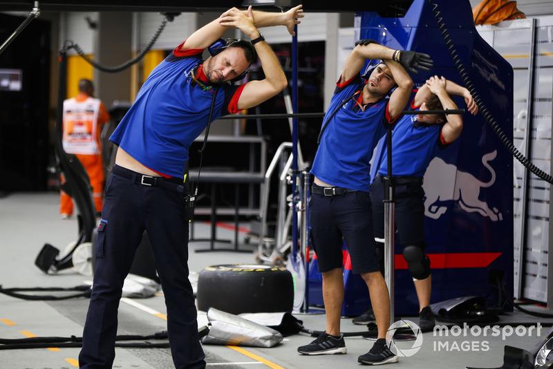 Команда Scuderia Toro Rosso готовится к пит-стопу