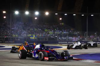 Brendon Hartley, Toro Rosso STR13, devant Stoffel Vandoorne, McLaren MCL33, et Lance Stroll, Williams FW41