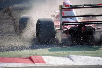 Gerhard Berger, Ferrari F93A, spin atıyor ve kum havuzuna giriyor