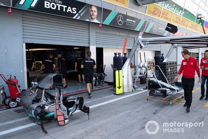 Sebastian Vettel, Ferrari cammina nel garage della Mercedes AMG F1 in pit lane