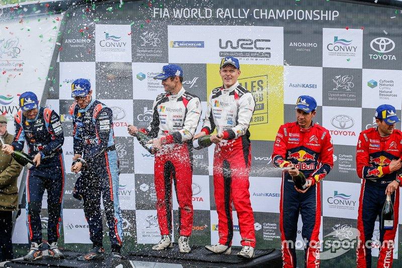 Podio: I vincitori Ott Tänak, Martin Järveoja, Toyota Gazoo Racing WRT Toyota Yaris WRC, secondo classificato Thierry Neuville, Nicolas Gilsoul, Hyundai Motorsport Hyundai i20 Coupe WRC, terzo classificato Sébastien Ogier, Julien Ingrassia, Citroën World Rally Team Citroen C3 WRC