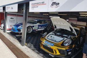 Porsche nel garage AB Racing