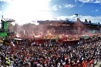 Fan sotto al podio per festeggiare la vittoria per la Ferrari