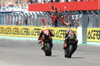 Alvaro Bautista, Aruba.it Racing-Ducati Team, Jonathan Rea, Kawasaki Racing Team over the line