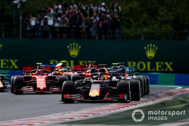 Max Verstappen, Red Bull Racing RB15 precede Valtteri Bottas, Mercedes AMG W10 e Lewis Hamilton, Mercedes AMG F1 W10 all'inizio della gara