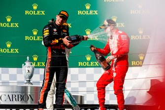 Il secondo classificato Max Verstappen, Red Bull Racing, spruzza Champagne su Sebastian Vettel, Ferrari, terzo classificato