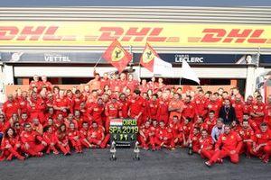 Le vainqueur Charles Leclerc, Ferrari, Mattia Binotto, Team Principal Ferrari, Laurent Mekies, directeur sportif Ferrari, et l'équipe célèbrent la victoire