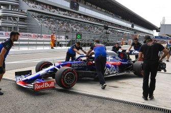 Daniil Kvyat, Toro Rosso STR14, dans la voie des stands