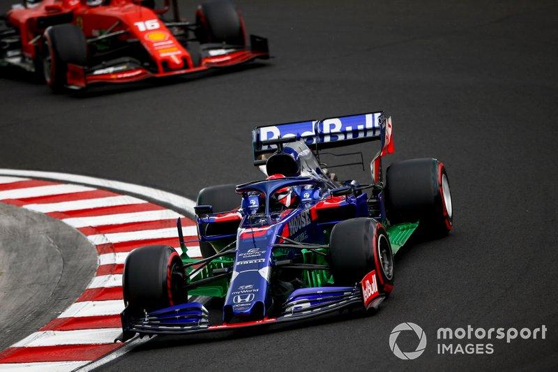Daniil Kvyat, Toro Rosso STR14, y Charles Leclerc, Ferrari SF90