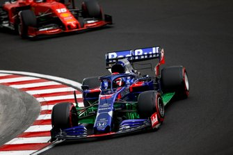 Daniil Kvyat, Toro Rosso STR14, devant Charles Leclerc, Ferrari SF90