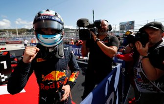 Race winner Juri Vips, Hitech Grand Prix, Red Bull Racing in Parc Ferme
