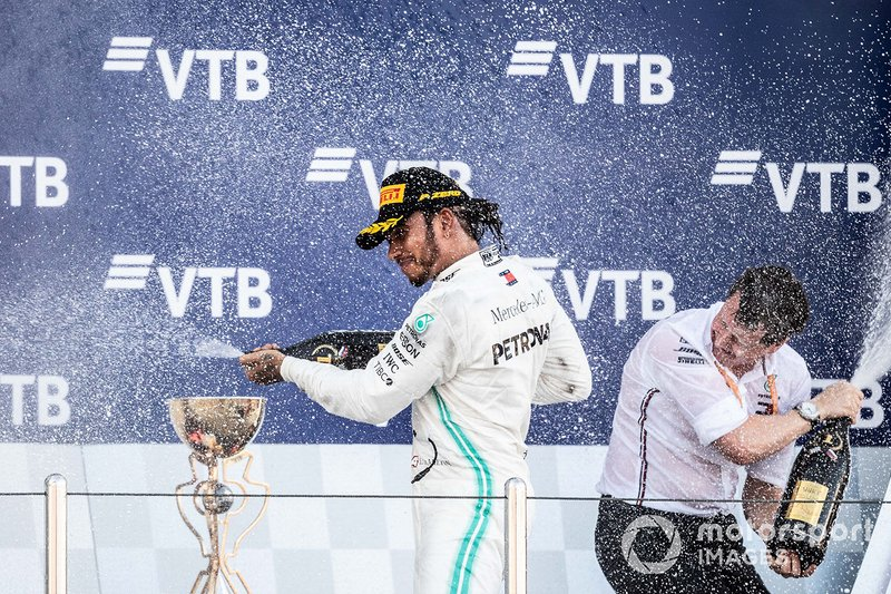 Podio: ganador Lewis Hamilton, Mercedes AMG F1