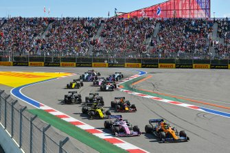 Lando Norris, McLaren MCL34, voor Sergio Perez, Racing Point RP19, Nico Hulkenberg, Renault F1 Team R.S. 19, Max Verstappen, Red Bull Racing RB15, Kevin Magnussen, Haas F1 Team VF-19, Romain Grosjean, Haas F1 Team VF-19, en de rest van het veld
