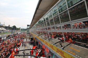 Atmosfera nella pitlane con i fan al GP del Belgio
