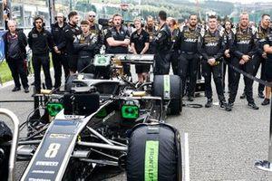 Los mecánicos de Haas F1 en la parrilla con el coche de Romain Grosjean, Haas F1 Team VF-19