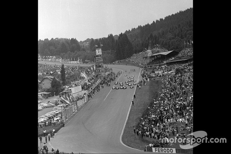 Стоит добавить, что в то время стартовой в Спа была прямая, спускавшаяся к «Красной воде» (на фото – начало гонки 1958 года)