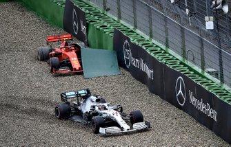 Lewis Hamilton, Mercedes AMG F1 W10, finisce nella ghiaia nella stessa curva in cui Charles Leclerc, Ferrari SF90, ha terminato la sua gara