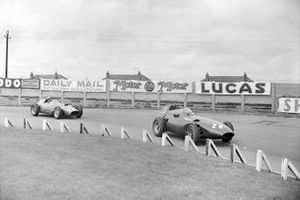 Tony Brooks, Vanwall; Stirling Moss, Vanwall en Luigi Musso, Ferrari